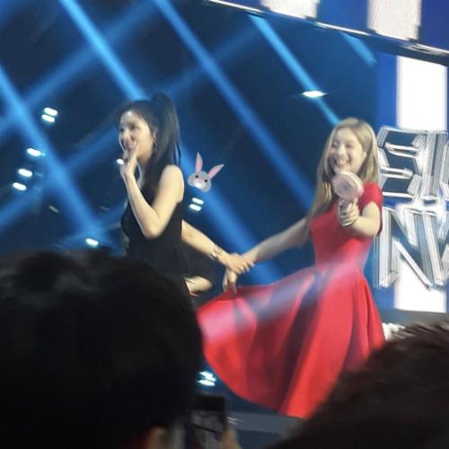 Irene còn chăm sóc cả thành viên Twice là Da Hyun.