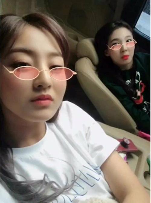 Ji Hyo và Na Yeon nghịch ngợm với các app điện thoại trên đường di chuyển.