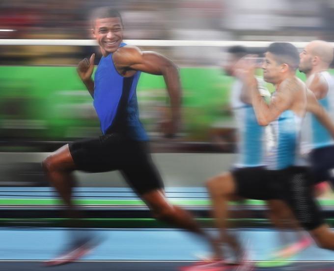 <p> Mbappe là cầu thủ khiến cho Argentina chỉ nhìn thấy lưng và... hít khói.</p>