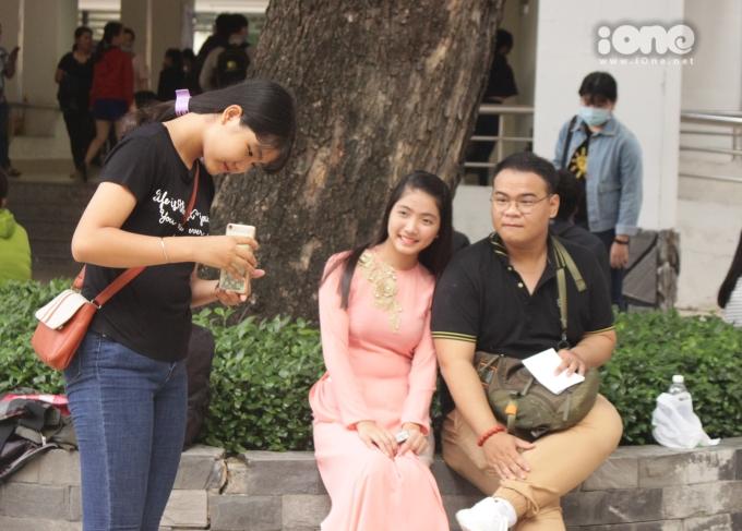 <p> Thí sinh cười tươi chụp ảnh cùng người nhà trước khi dự thi. Có thể thấy đa phần tâm trạng của những thí sinh dự thi năng khiếu khá thoải mái.</p>