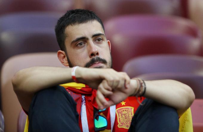 <p> Trên khán đài, CĐV lặng người chứng kiến đội tuyển quê hương bất ngờ gục ngã khi chiến thắng đã cận kề.</p>