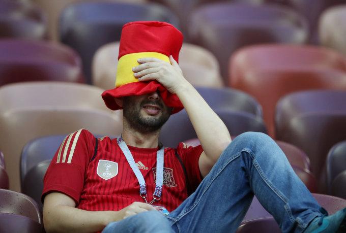 """<p> Người hâm mộ """"La Roja"""" không tin nổi vào mắt mình, che giấu những giọt nước mắt chực rơi.</p>"""