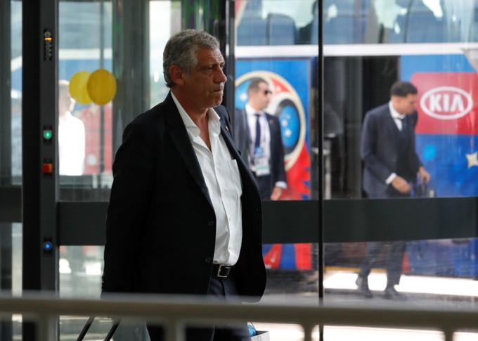 <p> Khác với nét tươi cười của học trò cưng, HLV Fernando Santos giữ nguyên vẻ nghiêm nghị từ khi bước xuống xe bus.</p>