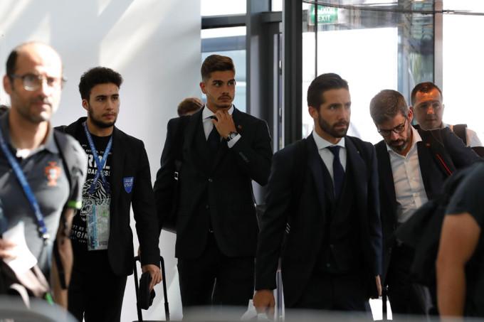 <p> Chỉ một ngày sau thất bại trước Uruguay ở vòng 1/8 World Cup 2018, các tuyển thủ Bồ Đào Nha xuất hiện tại sân bay Zhukovsky, thủ đô Moskva để về nước.</p>