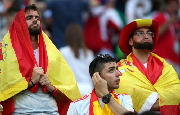 """<p> Tây Ban Nha mang đến Nga đội hình được coi là """"dát vàng"""" ở các tuyến với thủ môn hàng đầu thế giới De Gea, những hậu vệ đẳng cấp siêu sao như Pique, Ramos, Alba, Carvajal, cùng các siêu sao tiền vệ như Isco, Silva. Thế nhưng, thua Nga 3-4 trên chấm 11m định mệnh khiến Tây Ban Nha dừng bước ở vòng 1/8 World Cup 2018.Trên sân Luzhniki, khán đài có """"La Roja"""" chìm trong tĩnh lặng và u buồn.</p>"""