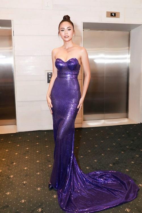 Khi đặt màu tím đậm lên chất liệu sequin lấp lánh, người mặc sẽ trở nên sang trọng, quý phái hơn rất nhiều. Bộ đầm của NTK Lý Quí Khánh hoàn toàn tôn lên làn da nâu bóng cùng vóc dáng gợi cảm của Á hậu Mâu Thủy.