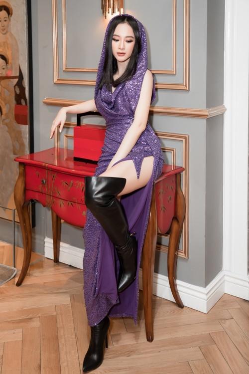 Thiết kế đầm xẻ tà trùm mũ bắt trend gam màu tím đậm của Angela Phương  Trinh được khen sành điệu, hợp mốt, giúp bà mẹ nhí trở thành  tâm điểm thảm đỏ.