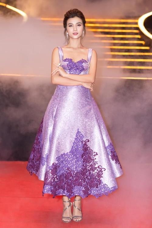 Chiếc đầm phi bóng được đính  kết hoa văn, ngọc trai tỉ mỉ tôn lên nét đẹp kiêu sa vốn có của Kim  Tuyến. Bộ trang phục không quá diêm dúa với gam màu chủ đạo hot trend  giúp cô nàng ghi điểm tuyệt đối.