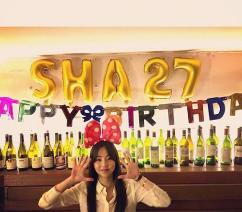 Bánh bao So Hee mừng sinh nhật tuổi 27 với cả một dày bày rượu vang.