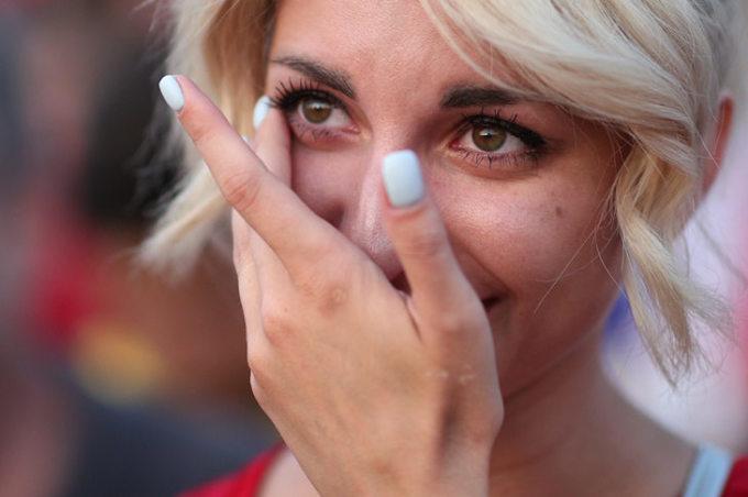 <p> Cô gái Nga này không kìm được những giọt nước mắt hạnh phúc.</p>