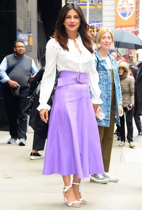 Chân váy tím cùng áo sơ mi trắng là set đồ phù hợp với mọi bối cảnh,  khai thác được sự thanh lịch, nữ tính của người mặc mà Priyanka gợi ý  cho các tín đồ mộ điệu.