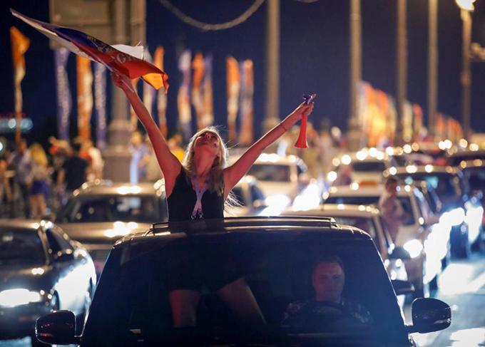 """<p> Những đoàn xe diễu hành xuống phố, những cô gái hòa vào dòng người """"đi bão"""" tận hưởng không khí chiến thắng.</p>"""