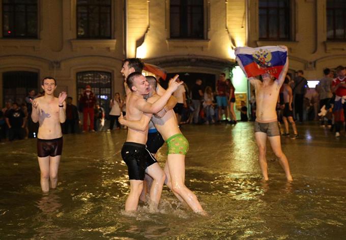 <p> Một số thanh niên trút bỏ quần áo, nhảy vào đài phun nước để ăn mừng.</p>