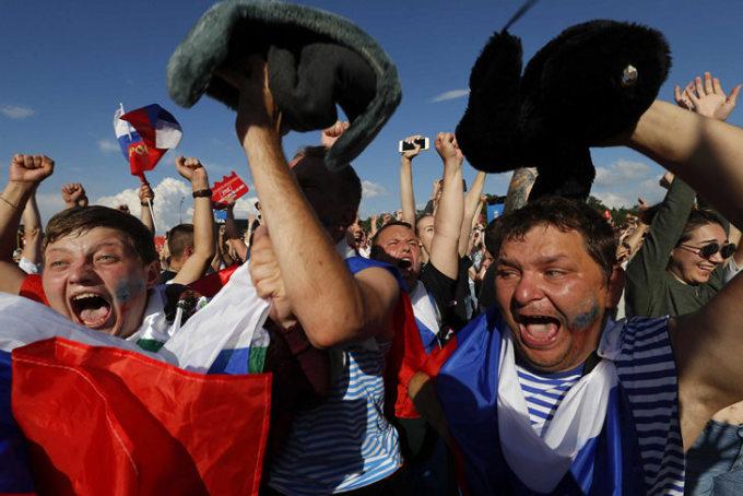 <p> Lúc này tại Nga là những tiếng hò reo, những lá cờ của người hâm mộ.</p>