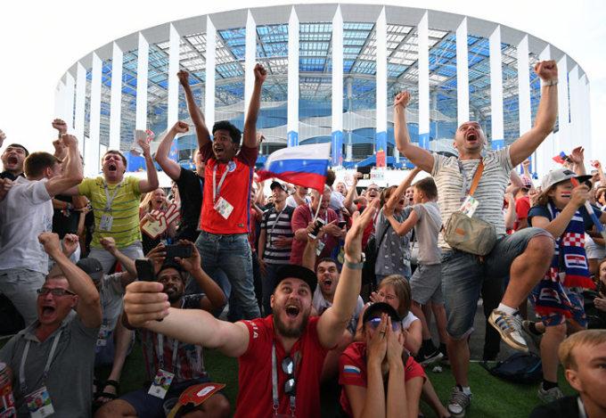 <p> Đội chủ nhà đã giành chiến thắng bất ngờ 4-3, hạ gục Tây Ban Nha trên chấm 11m trong trận đấu đêm 1/7. Từ một tuyển xếp thấp nhất trên bảng xếp hạng FIFA, Nga đã giành được vé bước vào trận tứ kết World Cup 2018.</p>