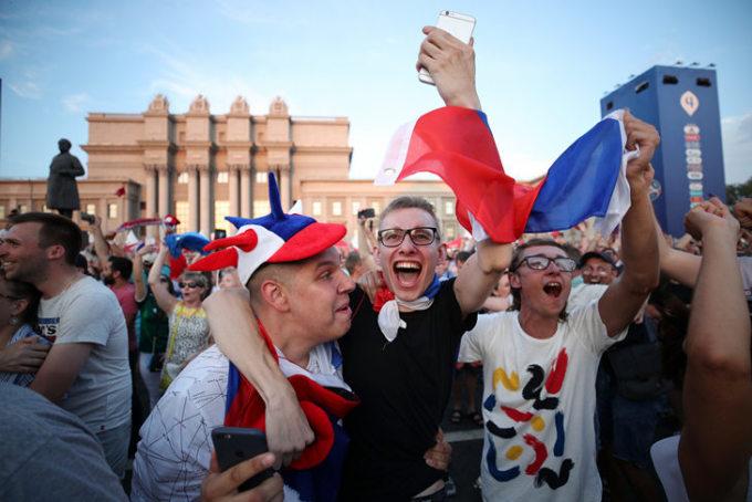 <p> Trái ngược với những giọt nước mắt của CĐV Bò Tót, người hâm mộ Nga mở tiệc liên hoan thâu đêm, ăn mừng chiến thắng.</p>