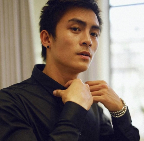 Góc nghiêng của anh chàng được nhận xét hao hao giống diễn viên Hoa ngữ Hoắc Kiến Hoa.