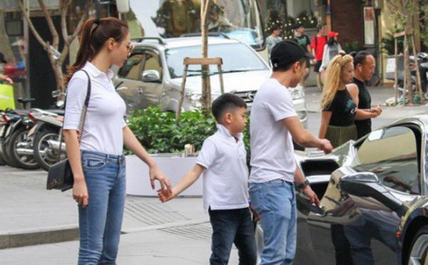 Trong nhiều khoảnh khắc khác có sự xuất hiện của 3 người, Đàm Thu Trang luôn thể hiện sự ân cần khi nắm tay, chăm sóc Subeo.