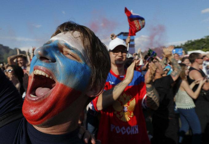 <p> Khoảnh khắc sung sướng của các CĐV Nga ăn mừng chiến thắng lịch sử.</p>