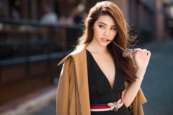 Hoa hậu nhà giàu Jolie Nguyễn tiếp tục xuất hiện với diện mạo sang trọng, phủ đầy hàng hiệu.