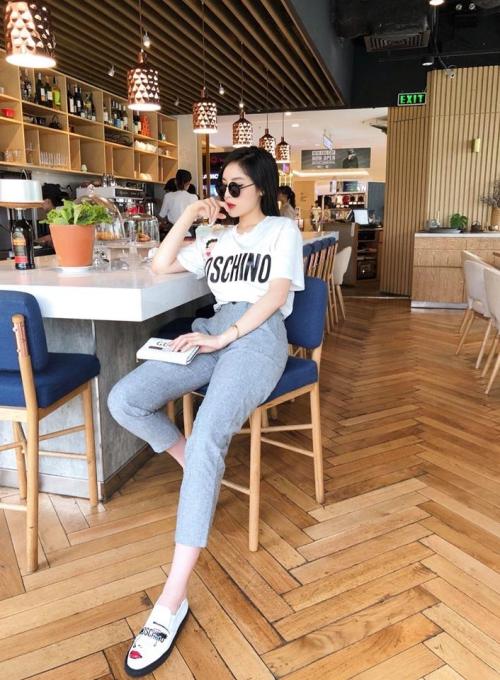 Kỳ Duyên tranh thủ thời gian rảnh rỗi đi cà phê, tám chuyện cùng bạn bè.