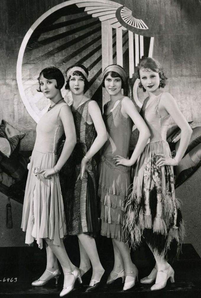 """<p> Sau khi Thế chiến thứ nhất kết thúc, sự du nhập của nhạc Jazz Mỹ vào châu Âu những năm 1920 đã tạo nên nhiều thay đổi quan trọng trong xu hướng thời trang. Thời đại này đánh dấu sự ra đời của những chiếc đầm """"flapper"""", thiết kế váy với phần eo hạ xuống ngang hông trễ nải và chân váy suông rộng đính thêm nhiều chi tiết cầu kỳ như ren, tua rua, hạt cườm, lông vũ… Đây là xu hướng thời trang được các quý cô cá tính ưa chuộng bởi nó mang đậm chất phóng khoáng, tự do của thời đại.</p>"""
