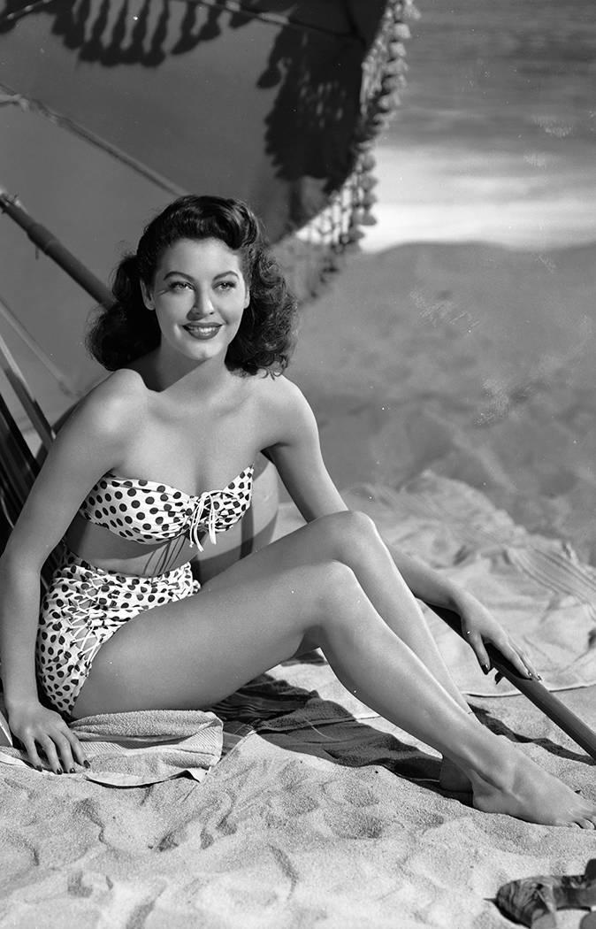 """<p> Giữa thập niên 40, nhà thiết kế người Pháp Louis Réard giới thiệu loại áo tắm mới: bikini - đồ bơi hai mảnh. Lúc đó, truyền thông và công chúng đều chấn động bởi không ai dám nghĩ rằng phụ nữ có thể diện thiết kế áo tắm """"tiết kiệm vải"""" này. Tuy nhiên, bikini đã dần được chấp nhận và thể hiện sự thay đổi tư duy về quyền tự do của phụ nữ sau khi Thế chiến thứ hai kết thúc.</p>"""