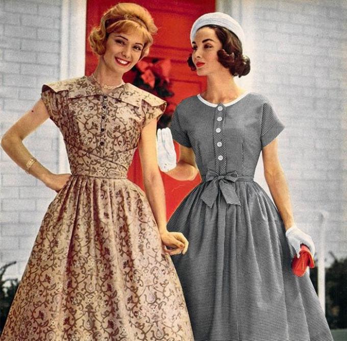 """<p> Trong thập niên 50, xu hướng váy xòe chiết eo được thịnh hành bắt nguồn từ bộ sưu tập """"The New Look"""" của Christian Dior ra mắt năm 1947. Từ phong cách """"The New Look"""", thay vì mặc jacket suit, phụ nữ trung lưu tại Mỹ thường mặc những chiếc đầm sơ mi dài qua gối với thiết kế xòe rộng và có thắt lưng.</p>"""