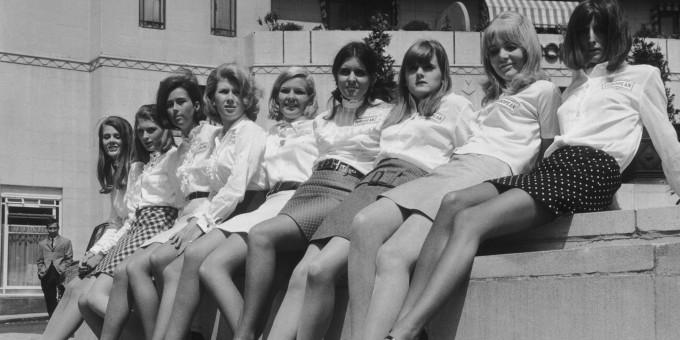 """<p> Bước sang những năm 1960, váy ngắn (Mini skirt) lại là cuộc cách mạng thời trang mới dành cho phụ nữ sau nhiều thập niên trung thành với váy dài. Nhà thiết kế Mary Quant là người tiên phong trong việc đấu tranh đưa loại váy trẻ trung này đến với công chúng. Bà từng có câu nói nổi tiếng: """"Nếu tôi không tạo nên những chiếc váy đủ ngắn, các cô nàng có đôi chân đẹp sẽ tự lấy kéo và cắt ngắn nó đi"""".</p>"""