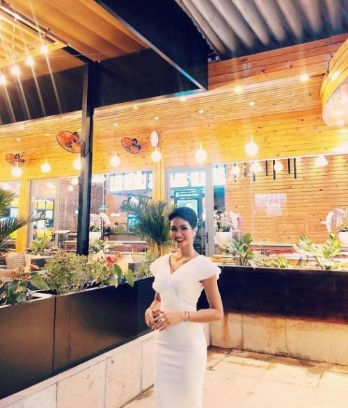 HHen Niê diện bộ đầm gam trắng nền nã, thanh lịch sau khi bị công chúng chỉ trích ăn mặc quá sexy, không phù hợp với hình ảnh một hoa hậu.