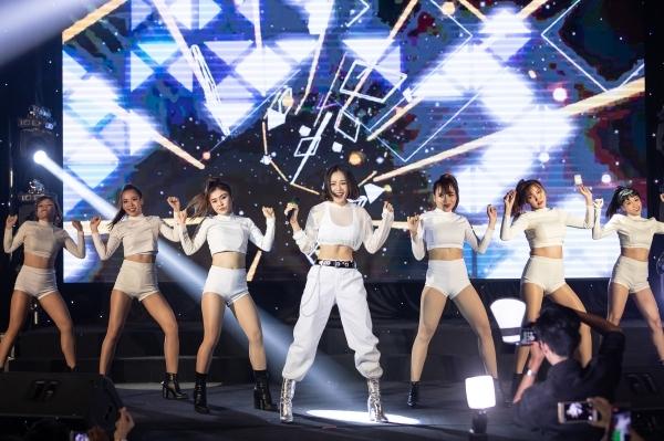 Một tiết mục gây chú ý khác của Chi Pu là màn nhảy sexy dance ngẫu hứng. Khán phòng như vỡ òa sau khi nữ ca sĩ hoàn thành tiết mục. Chi Pu cho biết đã bí mật luyện tập trong thời gian dài để có dịp trình diễn dành tặng khán giả tiết mục này.