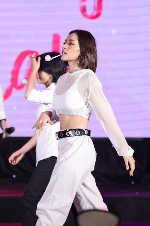 Chi Pu đãi fan vũ đạo sexy, hóa thành chị Nguyệt thảo mai - 2