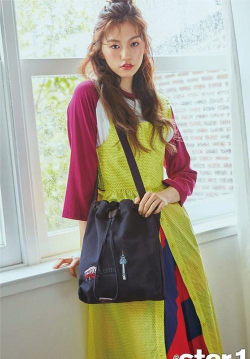 Bên cạnh việc quảng cáo mỹ phẩm, quần áo, nữ ca sĩ giới thiệu nhiều mẫu túi xách, phụ kiện thời thượng.