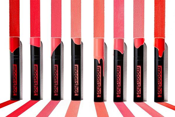 Sản phẩm này có 8 màu, chủ yếu là các tông đỏ và cam, hồng rực rỡ. Những màu son này không quá mới mẻ nhưng khá tiện dụng, phù hợp với những cô gái trẻ mê phong cách ngọt ngào, đáng yêu. Một số màu nổi bật như Summer Sunset, Orange Hunter có thể hơi kén với nàng da ngăm.