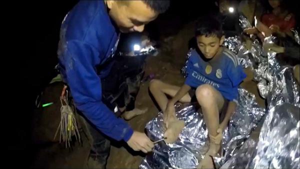 Đội cứu hộ bôi thuốc cho một cậu bé.