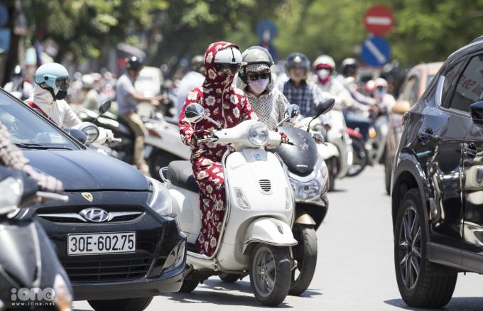 <p> ... đến người đi xe máy, đều cố gắng che kín từ đầu đến chân.</p>