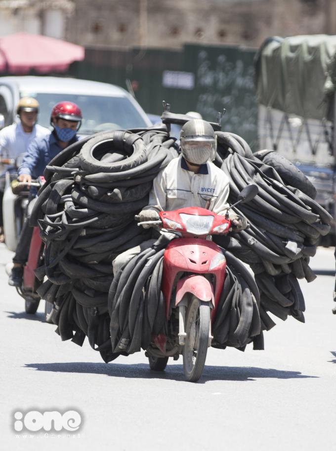 Hà Nội nắng đổ lửa, người dân che chắn tứ bề khi ra đường
