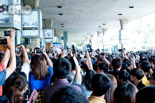 Nam chính phim Chị đẹp... bị fan vây kín khi đến Việt Nam