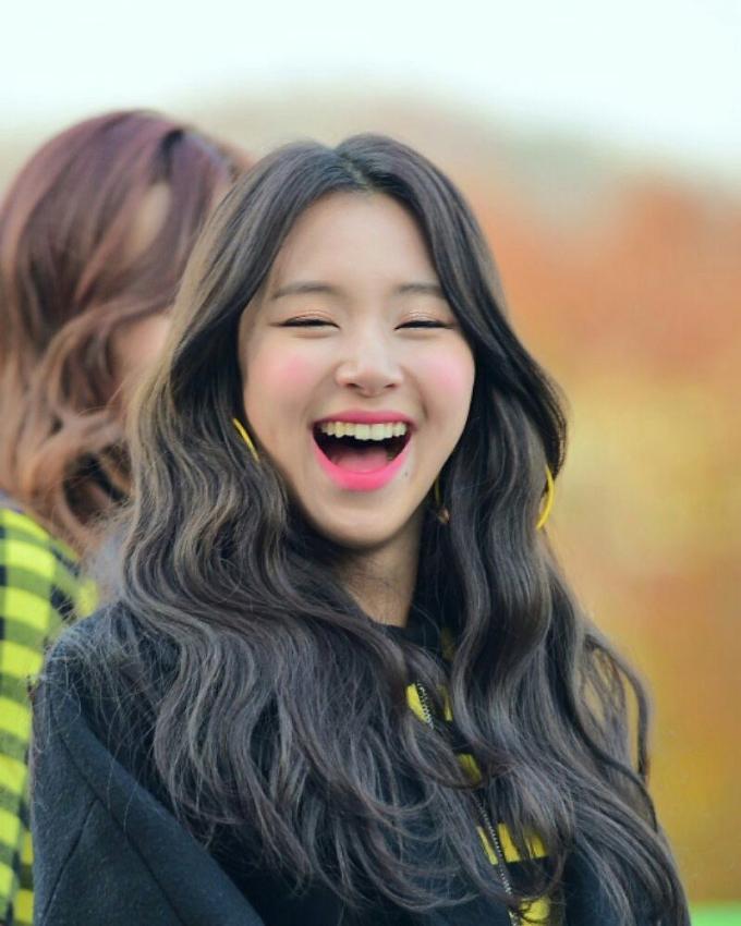 <p> Em út của Twice lộ hàm răng nhấp nhô mỗi khi cười. Khuyết điểm này của Chae Young hoàn toàn có thể khắc phục bằng việc chỉnh răng.</p>