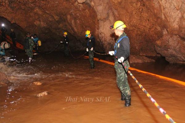 Những chiếc cáp được nối vào hang đến nơi đội bóng ẩn náu. Ảnh: Thai Navy SEAL.