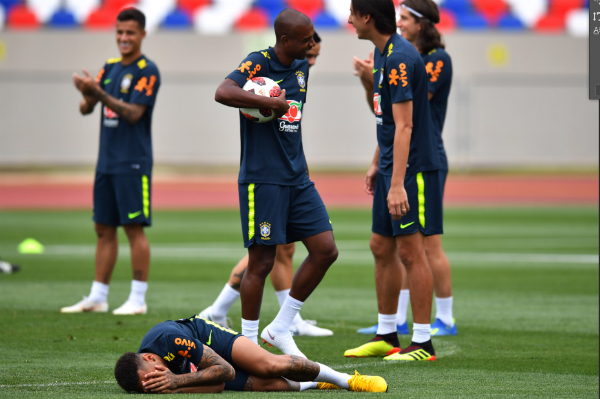 Neymar ôm mặt sau pha va chạm với Fernandinho.