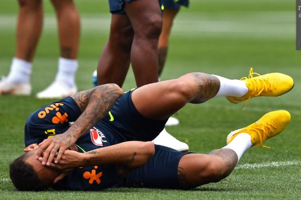 Cầu thủ của PSG tỏ vẻ rất đau đớn