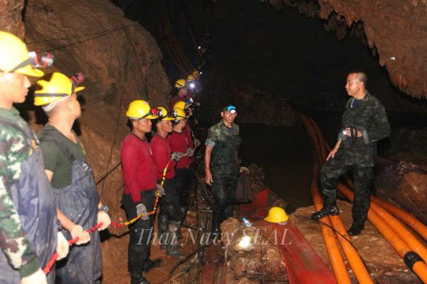 Lực lượng cứu hộ hiện vẫn làm việc hết mình đểđẩy nhanh tiến độ giải cứu. Ảnh: Thai Navy SEAL.
