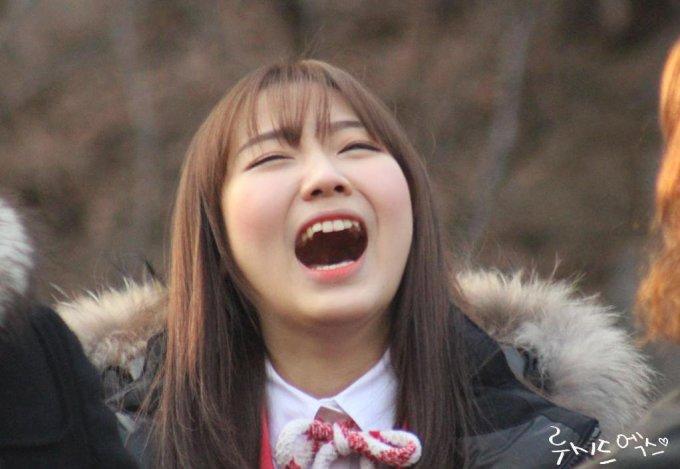 <p> Su Jeong sở hữu hàm răng không hoàn hảo nhưng dường như không có ý định chỉnh dửa. Thành viên Lovelyz vẫn tự nhiên cười há miệng, bất chấp việc lộ răng nhấp nhô.</p>