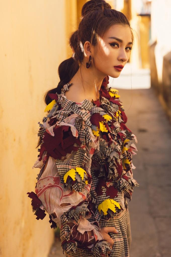 """<p> Khai thác tối đa """"góc nghiêng thần thánh"""" trên khuôn mặt sắc sảo, Kim Tuyến có dịp khoe triệt để vẻ đẹp cơ thể.</p>"""