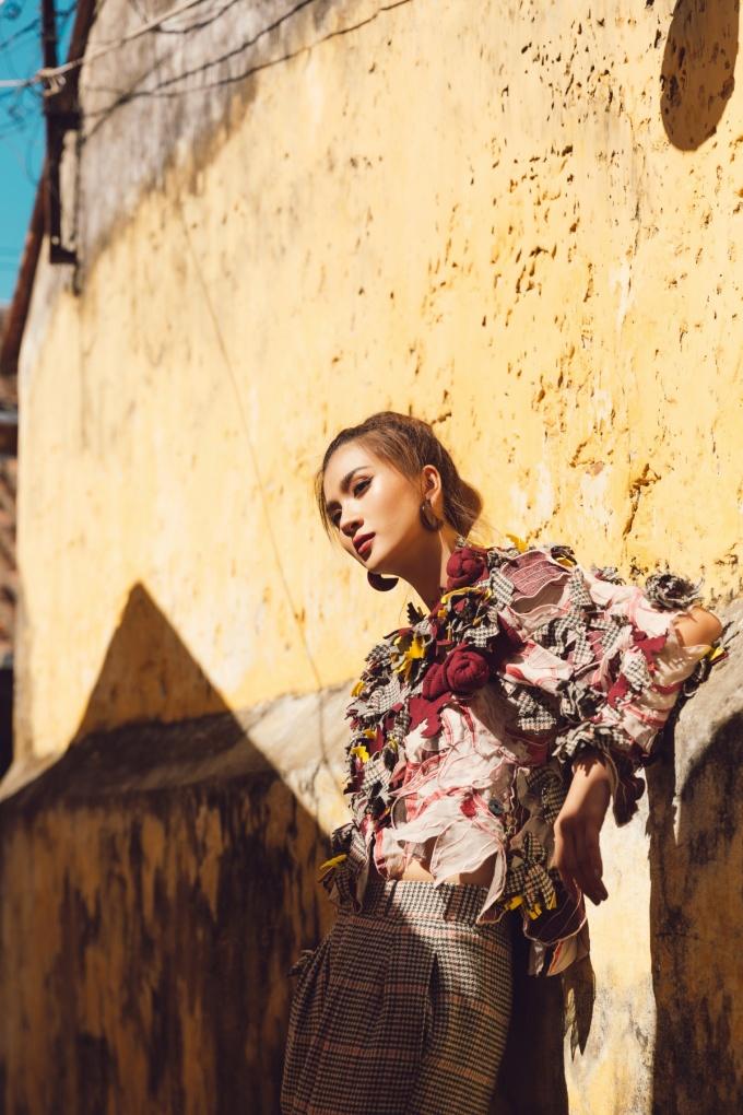 <p> Bức tường rêu phong, những cánh cửa nâu sẫm, nắng vàng làm nền cho khuôn mặt Kim Tuyến thêm thần thái hơn.</p>