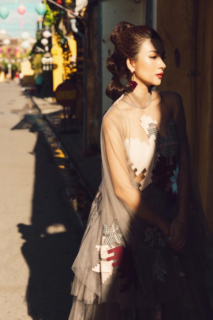 <p> Kim Tuyến lựa chọn trang phục sang trọng để khoe khéo vóc dáng cao ráo, quyến rũ.</p>