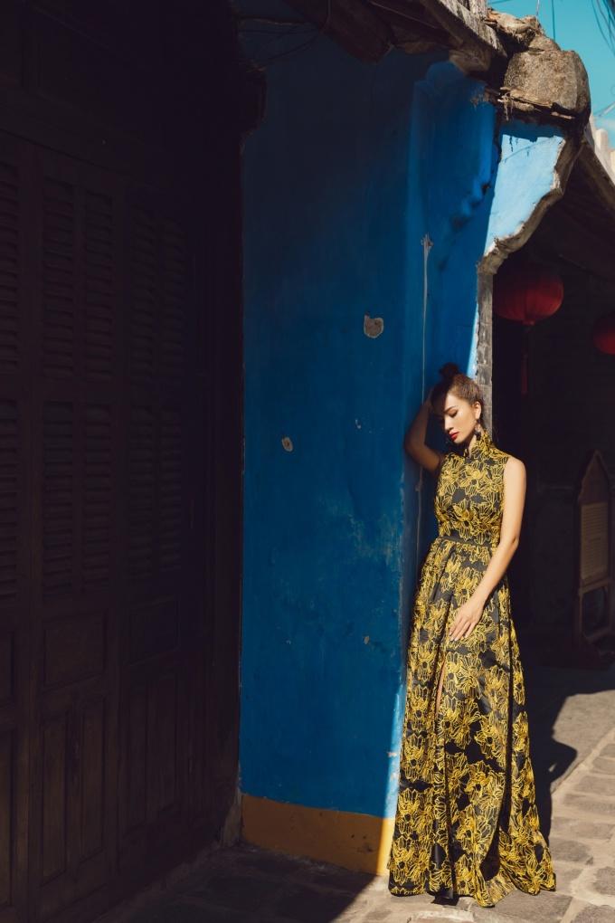 <p> Vẻ suy tư của Kim Tuyến trong chiếc váy gấm hoa vàng.</p>
