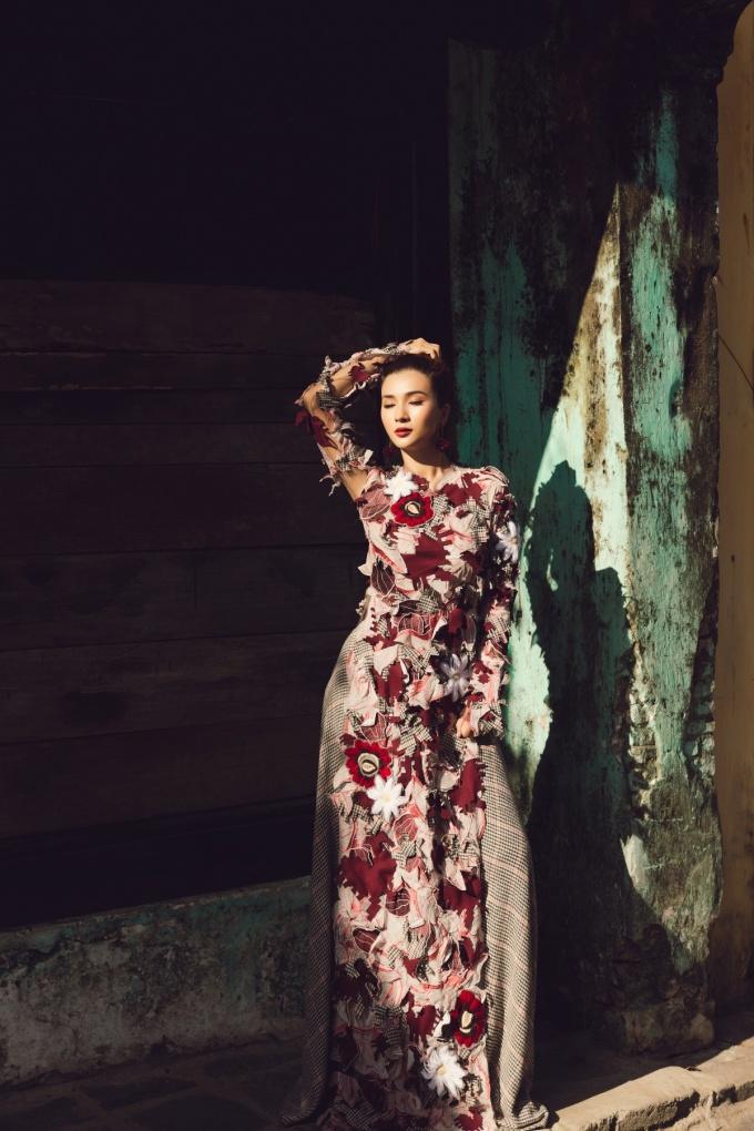 <p> Một chiếc đầm hoa được đính tỉ mỉ tôn dáng người mặc.</p>