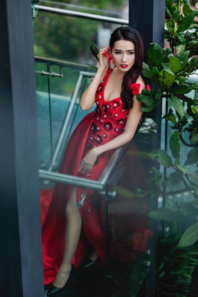 <p> Phan Thị Mơ đang ráo riết chuẩn bị hành trang cho cuộc thi Hoa hậu Đại sứ Du lịch Thế giới 2018. Đầu tháng 6, người đẹp Tiền Giang được Cục nghệ thuật biểu diễn cấp phép tham dự cuộc thi từ ngày 25/7 - 8/8 tại Thái Lan.</p>